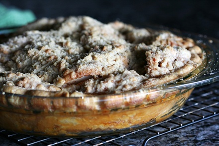 Apple Crumble Top Pie  |  Amandeleine